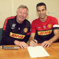 Signing on: Robin van Persie poses with Manchester United boss Sir Alex Ferguson Manchester United Transfer, Manchester United Players, Official Manchester United Website, Van Persie, Man Utd News, Sir Alex Ferguson, Sports Personality, Transfer Window, Football Pictures