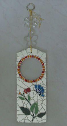 Mosaico com espelhos, azulejos e cacos de faiança.