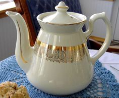 Hall Philadelphia Teapot White and Gold Large 6 Cup Standard Gold 1950s Retro Tea Pot via #MyClassicJewelry