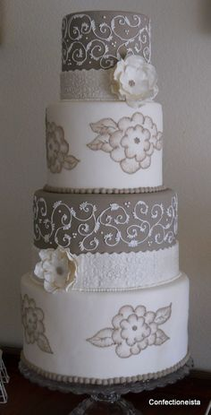 not crazy about the flowers on the white cake section but i love the idea and colors