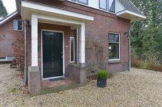 Aan de rand van Oosterbeek op toplocatie gelegen, vrijstaande statige villa met een jaren' 30 uitstraling voorzien van authentieke details. Deze villa is gelegen op een perceel van 2147 m² aan een rustige weg  van Oosterbeek met een landelijke omgev...