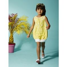 An ultra-modern comfortable sleeveless dress in stocking stitch and a wide cut! Sleeveless puffball dress Ribbed edging Gathers at the neckline Bow Girls Dresses, Summer Dresses, Lookbook, Tween, Kids Fashion, Stockings, Fancy, Sweaters, Outfits