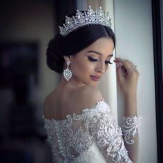 Este posibil ca imaginea să conţină: 1 persoană wedding hairstyles with tiara Wedding Headband, Bridal Crown, Bridal Hair, Bridal Beauty, Wedding Looks, Bridal Looks, Wedding Hairstyles With Crown, Tiara Hairstyles, Bridesmaid Hairstyles
