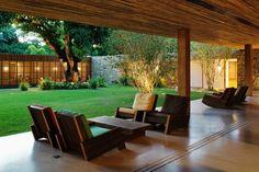 Zöld belső kert fotelekkel