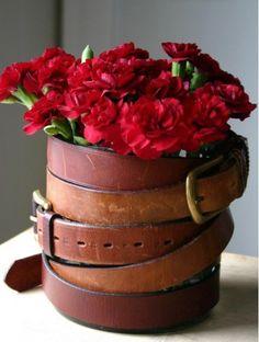 Ce site offre beaucoup d'idées très créatives! - That website offers very creative ideas! // Vase recouvert de vieilles ceintures, pour une apparence rustique. - Vase covered with old belts, for a rustique look.