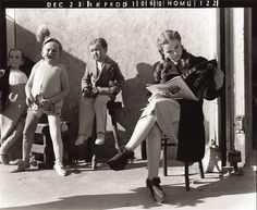 Here are some great photos of Judy Garland, Munchkin actors, the director and others on the set of the film THE WIZARD OF OZ. This amazing film lost the best Judy Garland, Classic Hollywood, Old Hollywood, Hollywood Stars, Wizard Of Oz 1939, Unseen Images, Actors, Classic Movies, Iconic Movies