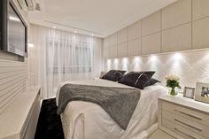 Suíte pequena com decor contemporâneo e cores claras texturizadas! - Decor… Guest Bedroom Decor, Bedroom Closet Design, Guest Bedrooms, Home Bedroom, Master Bedroom, Small Space Living, Small Rooms, Small Spaces, Ideas De Piscina