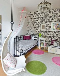 If I was still a teenager... i'd want a room like this. It's simpl, but at the same time awesome.