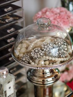 love the idea! cake stand used to display jewelry