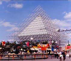 À la fine pointe de l'architecture.  EXPO '67  Montréal, Québec.