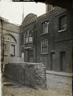 Old Photos of Pubs in London a Century Ago ~ vintage everyday Victorian London, Vintage London, Old London, Pubs In London, London Places, London City, South London, Old Pictures, Old Photos