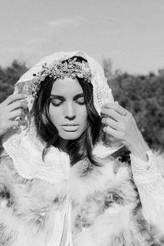 Bajas temperaturas y vestidos que respiran confortabilidad y glamour. Así es la novia con la que soñamos durante el frío invierno. ©Azahara Fernández
