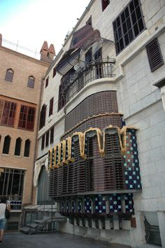 Façade côté cour de la Maison Guell à Barcelone
