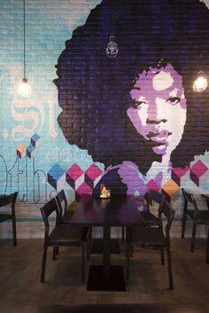 Quando a arte das ruas ganha as paredes de espaços comerciais, o resultado é maravilhoso! Paredes com generosos pé direitos, revestidas de materiais mais cool como concreto, tijolo e madeira, recebem bem as pinturas. Quanto mais cores, melhor! E a ideia é tão cheia de personalidade que basta uma parede para trazer essa vida. Seja em restaurantes, escritórios ou até banheiros, é uma maneira de aliar estilo e arte em um só espaço e ter várias pessoas para admirar.