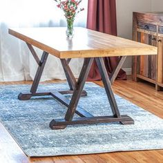 How To Build A DIY Dining Table with Angled Trestle LegsHow to build a DIY trestle dining table with angled legs. Free plans by Jen WoodhouseRustikales Retro- industrielles Esszimmer der Lagerart mit den Haarnadelbeinen.