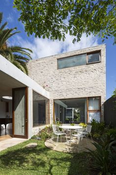 This house is a reinterpretation of a classic terrace house conceived by Aileen Sage Architects. A house designed by architect Amelia Holliday Arch House, Terraced House, Brick Architecture, Residential Architecture, Circular Patio, Casa Patio, Patio Interior, Courtyard House, Australian Homes