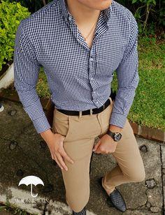 Outfit para hombre, camisa slim fit de cuadros, pantalón de gabardina café, loafer y cinturón negro | Diseños de la marca Moon & Rain y Tiendas Platino