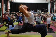 Gratis-Yoga in der Querfeldhalle fand grossen Zuspruch. Im Bild: Elizaveta Semenova, eine der Gründerinnen von «Yogacommunity.ch».
