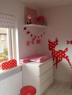 Babykamer rood met witte stippen
