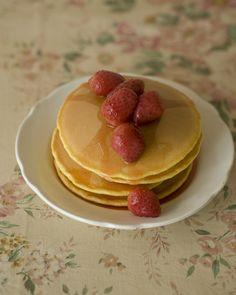 パンケーキにいちごシロップをかけるときは、実も一緒にのせれば見た目も華やかに。/おいしい!かわいい!いちごのスイーツ(「はんど&はあと」2012年3月号)