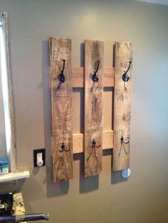 pallet towel rack or a coat hanger! I love pallet crafts! Pallet Towel Rack, Pallet Coat Racks, Pallet Shelves, Rustic Coat Rack, Pallet Storage, Wood Storage, Diy Furniture Making, Furniture Ideas, Wood Furniture