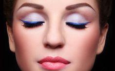 Blauwe ogen, gaan heel goed samen met een koperkleurige, bronskleurige of blauwe eyeliner.
