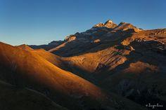 Hacía tiempo vi una fotografía del Monte Perdido y me gustó el punto de vista. El año pasado por fin lo encontré y pude hacer varias sesiones desde allí. Aunque en ninguna tuve suerte con las nubes, los primeros rayos de Sol crean una luces y sombras increíbles.   @ordesaymonteperdido @instapirineos  #amanecer #paisaje #niebla #ordesa #pnordesa #pirineos #montañas #naturaleza #fotodepaisaje #otoño #naranja #earth #mountains #sunrise #monteperdido #valledepineta #lucesysombras #sombras…