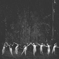 Photographe inconnu - femmes - danse - forêt - esprits