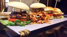 Tenemos dos nuevas hamburguesas que se unen a la mqp y la de luxe: pollo a la plancha con bacon y queso y la mini hamburguesa crispy BBQ de miguitas de carne de cerdo con cebolla crujiente y salsa BBQ