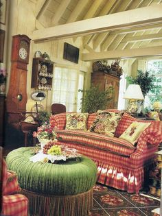 Wonderful lovely English country style …love the silk plaid camelback sofa…LB The post lovely English country style …love the silk plaid camelback sofa…LB… appeared first on Post Decor . Country Sofas, Country Stil, Country Chic Cottage, French Country Living Room, French Country Style, Modern Country, Cozy Cottage, English Cottage Style, English Country Cottages