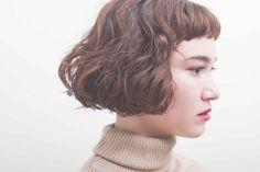 地毛のくせとパーマをミックスさせたショートボブスタイル 前髪を短く切り込むことで表情に明るさを、カラーは、全体的に暖かみのあるウォームブラウンを。 スタイリングは、ラリカバーム×ジ...