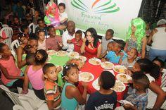 Video y Fotos: Miriam González realiza cena navideña para niños de Sabana Perdida