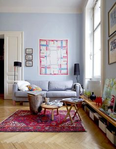 Boa luminosidade valoriza as cores da sala de estar.
