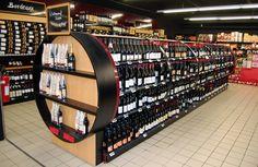 Carlos: Interior de supermercado en el que encontramos la zona de vinos, con un caracter mas elegante, para intentar aportar un valor añadido a los productos.