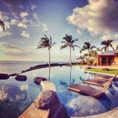 This is in Hawaii, obviously. Love the built-in-seats in teh pool See stunning oceanfront homes on Front Door. Spas, Dream Vacations, Vacation Spots, Vacation Ideas, Vacation List, Vacation Places, Wanderlust, Villa, Hawaii Homes