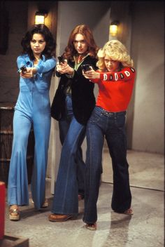 """Mila Kunis, Laura Prepon, and Lisa Robin Kelly in """"That Show. 70s Outfits, 70s Inspired Fashion, 70s Fashion, 70s Vintage Fashion, Fashion Black, Fashion Ideas, Look Disco, Mode Collage, 70s Mode"""