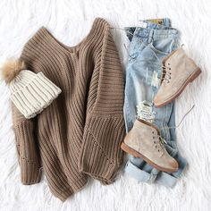 Winter outfit inspiration : knitted jumper + beanie + boots