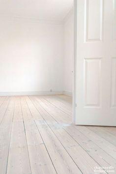 DIY-guide to lush Scandi floorsDIY-guide to lush Scandi floors via that nordic f. - DIY-guide to lush Scandi floorsDIY-guide to lush Scandi floors via that nordic feeling - White Painted Wood Floors, White Washed Floors, Diy Wood Floors, Pine Floors, Diy Flooring, Parquet Flooring, Wooden Flooring, Inexpensive Flooring, Hardwood Tile