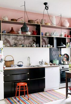 Pink & black kitchen. Elle Decor Espana