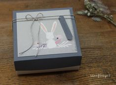 #geschenkbox #hase #baby #geburt #geschenkverpackung #snoeflingor #biancamoschner #alles gute Christmas Ornaments, Holiday Decor, Paper, Paper Mill, Baby Delivery, Gift Wrapping, Invitation Cards, Hare, Invitations