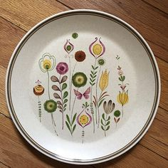 Vintage Lenox plate Spring flowers and butterflies, in excellent shape. No chips or cracks. Vintage 70s, Vintage Items, Print Place, Vintage Fabrics, Vintage Japanese, Spring Flowers, Dinner Plates, Flower Patterns