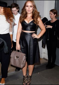 Tanya Burr spotted at London Fashion Week with this lovely Mulberry Cara bag! Love or hate? Celebrity Dresses, Celebrity Style, Celebrity News, Curvy Fashion, Fashion Beauty, Tanya Burr, Famous Youtubers, Short Long Dresses, Julien Macdonald