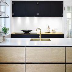 #køkken #kjøkken #design #interiør #interior #indretning #indredning #akitektur #bolig #home #eg #oak #linoleum #quooker #messing #vask #messingvask #brass #sink #brasssink #corian #kolon