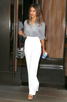 Seen on Celebrity Style Guide: 'Sin City: A Dame To Kill For' star Jessica Alba wearing the Alice + Olivia Richley Drop Shoulder Blouse as she leaves the Trump SoHo hotel in New York City, New York on August (Photo: FameFlynet) Fashion Mode, Work Fashion, Fashion Tips, Fashion Trends, Fashion Styles, Paris Fashion, Business Outfit Frau, Outfit Vestidos, Jessica Alba Style