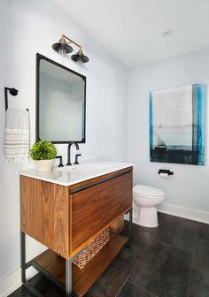 shabby möbel, großer spiegel mit goldenem rahmen, badezimmer ...