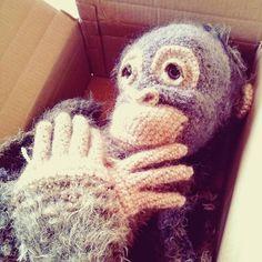 早く続きを編んでよぉ って声が聞こえなくもない  お待ちなさいねもう少し 箱入り息子さん  んっ!? 息子かな娘かな   #あみぐるみ #かぎ針編み #編み物 #あみぐるみ作家 #オランウータン #ニット #リュミエナ #amigurumi #crochet #knitting #hook #amigurumiartist #crochetdoll #orangutan #lumiena #wip #sleepy by lumiena_amigurumi