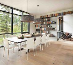 Salle à manger aux meubles modernes et un coin bureau avec des étagères murales
