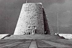 """Monumento """"De la Vela Votiva"""" se conmemora el centenario de la Batalla del 5 de mayo, Puebla, México 1962    Arqs. Jorge Bravo y Fernando Peña    Escultura: Rodrigo Arenas Betancourt -    Monument """"The Votive Candle"""" marks the centenary of the Battle of May 5, Puebla, Mexico 1962"""