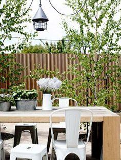 Holzzaun schickes Design Kleingarten Sitzplatz