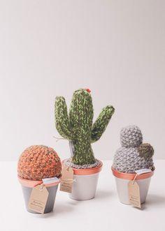 Os vasinhos com cactos feito de crochê (R$ 120) da Renata McCartney são encontrados na plataforma Ontwerp